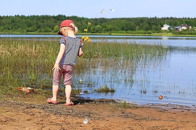 dítě u rybníka
