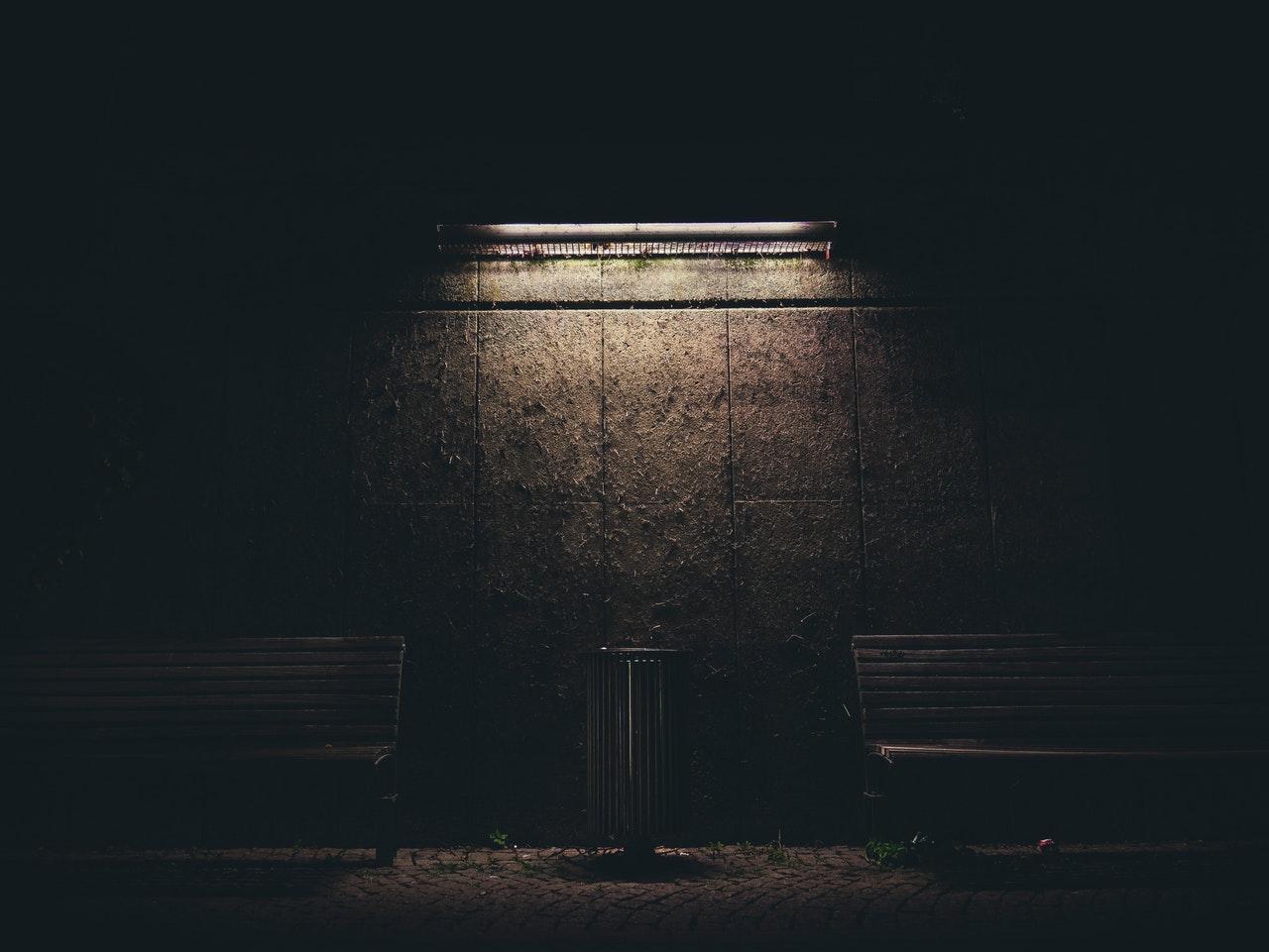 Lavičky osvetlené svetlom zhora.jpg
