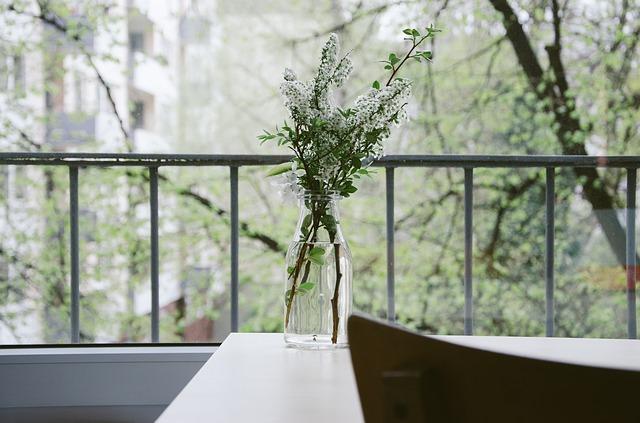 Balkón, váza, zábradlie.jpg
