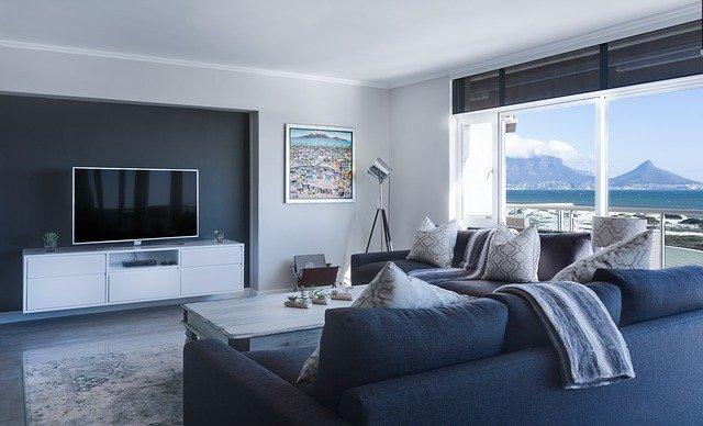 Moderný interiér, TV, veľké sklá.jpg